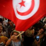 I sostenitori del candidato presidenziale detenuto e del magnate dei media tunisino Nabil Karoui reagiscono dopo i risultati non ufficiali delle elezioni presidenziali tunisine a Tunisi, Tunisia, 15 settembre 2019. REUTERS/Muhammad Hamed