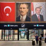 Il terminal degli arrivi internazionali nel nuovo aeroporto di Istanbul, Turchia, 16 luglio 2019. Sullo sfondo si vedono le immagini del fondatore della Turchia moderna Ataturk e del Presidente turco Tayyip Erdogan. REUTERS/Marius Bosch