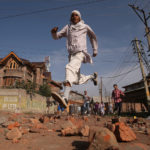 Kashmiri in fuga mentre le forze di sicurezza indiane (non nella foto) sparano proiettili di gas lacrimogeni durante gli scontri, dopo aver demolito lo status costituzionale speciale del Kashmir da parte del Governo indiano, a Srinagar, 6 settembre 2019. REUTERS/Danish Ismail