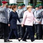 Angela Merkel insieme al nuovo Ministro della Difesa tedesco Annegret Kramp-Karrenbauer. REUTERS/Fabrizio Bensch/Contrasto
