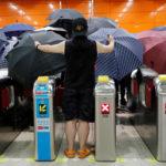 I manifestanti contro la legge sull'estradizione aprono gli ombrelli in una stazione di transito ferroviario di massa (MTR), a Po Lam, a Hong Kong, Cina, 4 settembre 2019. REUTERS/Tyrone Siu