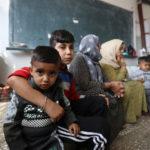 Bambini curdi sfollati siedono in un'aula di una scuola pubblica usata come rifugio a Hasakah, Siria, 22 ottobre 2019. REUTERS/Muhammad Hamed