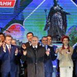 """Il Presidente russo Vladimir Putin saluta la folla durante un concerto a Simferopol per celebrare i 5 anni di annessione della Crimea, il """"ritorno a casa"""" come viene comunemente definita dalle autorità russe. Yuri Kadobnov/Pool via REUTERS"""