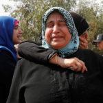 I parenti del bambino di 9 mesi Mohammed Omar Saar, ucciso durante un attacco di razzi dalla Siria, piangono durante una cerimonia funebre nella città di confine di Akcakale, nella provincia di Sanliurfa, Turchia, 11 ottobre 2019. REUTERS/Murad Sezer