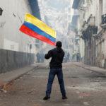 Un manifestante tiene la bandiera ecuadoriana durante una protesta contro il Presidente dell'Ecuador Lenín Moreno a Quito, Ecuador, 9 ottobre 2019. REUTERS/Carlos Garcia Rawlins
