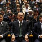Erdogan insieme agli ex Ministri Ali Babacan e Ahmet Davutoglu. REUTERS/Umit Bektas