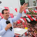 Ekrem Imamoglu, il principale candidato sindaco del Partito popolare repubblicano (CHP), saluta i suoi sostenitori durante una manifestazione elettorale a Istanbul, Turchia, 19 giugno 2019. REUTERS/Murad Sezer