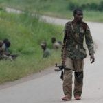 Un soldato dell'esercito congolese pattuglia una strada dopo un attacco, rivendicato dall'Isis, alla base militare della delle Nazioni Unite nella provincia orientale del Nord Kivu. REUTERS/Goran Tomasevic
