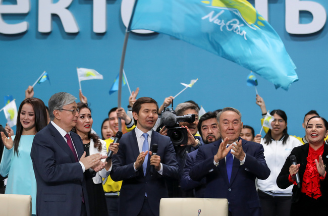 Il neo Presidente del Kazakistan Kassym-Jomart Tokayev insieme al suo predecessore Nursultan Nazerbayev, durante il congresso del partito Nur Otan. REUTERS/Mukhtar Kholdorbekov/Contrasto