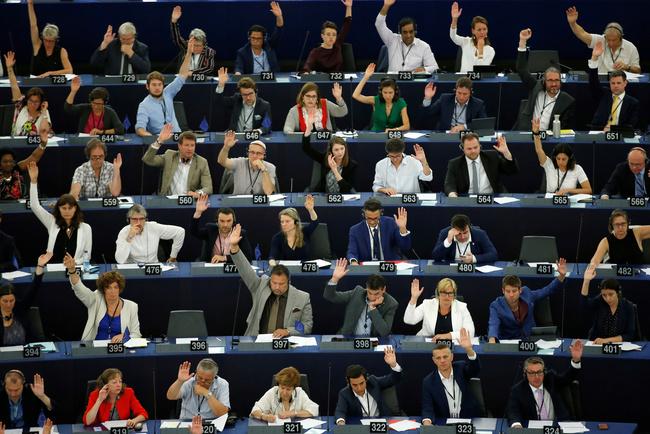 Membri del Parlamento Europeo partecipano a una sessione di voto a Strasburgo, Francia, 18 luglio 2019. REUTERS/Vincent Kessler