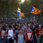 Manifestanti separatisti marciano durante una protesta dopo un verdetto in un processo contro il referendum sull'indipendenza bandito a Barcellona, Spagna, 15 ottobre 2019. REUTERS/Rafael Marchante
