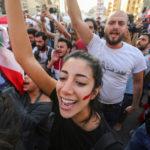 I manifestanti festeggiano dopo che il Primo Ministro libanese Saad al-Hariri ha annunciato le sue dimissioni a Beirut, Libano, 29 ottobre 2019. REUTERS/Aziz Taher