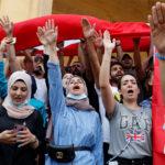I dimostranti intonano slogan durante una protesta per il deterioramento della situazione economica, a Beirut, Libano, 18 ottobre 2019. REUTERS/Mohamed Azakir