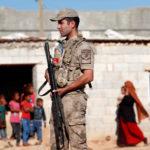 Un soldato turco fa la guardia in un villaggio sul confine turco-siriano. REUTERS/Murad Sezer