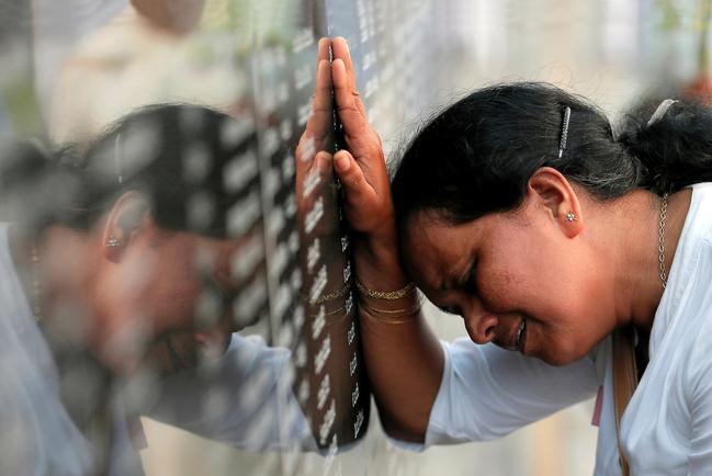 A Colombo, una donna piange durante la commemorazione per i 10 anni dalla fine della guerra civile. REUTERS/Dinuka Liyanawatte/Contrasto