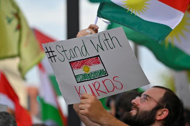 Una folla di oltre 500 persone protesta a sostegno dei curdi dopo che l'amministrazione Trump ha cambiato la sua politica in Siria, a Nashville, Tennessee, USA, 11 ottobre 2019. REUTERS/Harrison McClary