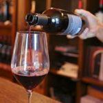 Un sommelier versa un bicchiere di vino rosso, Italia. REUTERS/Isla Binnie