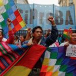"""La gente prende parte a una manifestazione a sostegno del Presidente boliviano Evo Morales dopo che ha annunciato le sue dimissioni domenica, a Buenos Aires, Argentina, 11 novembre 2019. Il cartello recita """"Evo, non sei solo"""". REUTERS/Agustin Marcarian"""