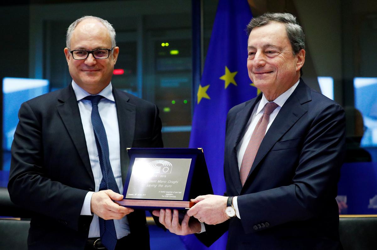 Il Ministro dell'Economia Roberto Gualtieri insieme a Mario Draghi. REUTERS/Francois Lenoir