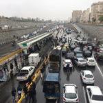 Le persone fermano le loro auto su un'autostrada per protestare contro l'aumento del prezzo del gas a Teheran, Iran, 16 novembre 2019. Nazanin Tabatabaee/WANA (West News News Agency) tramite REUTERS