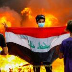 Un manifestante porta una bandiera irachena durante le proteste contro il Governo a Baghdad, Iraq, 4 novembre 2019. REUTERS/Thaier Al-Sudani