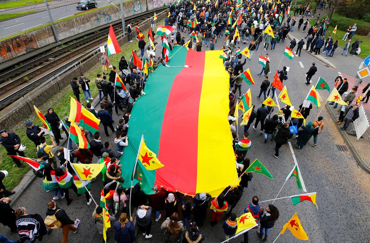 Manifestanti curdi partecipano a una manifestazione contro l'azione militare della Turchia nella Siria nord-orientale, a Colonia, Germania, 12 ottobre 2019. REUTERS/Thilo Schmuelgen
