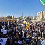Manifestanti e miliziani protestano davanti all'Ambasciata USA a Baghdad. Foto di Thaier Al-Sudani
