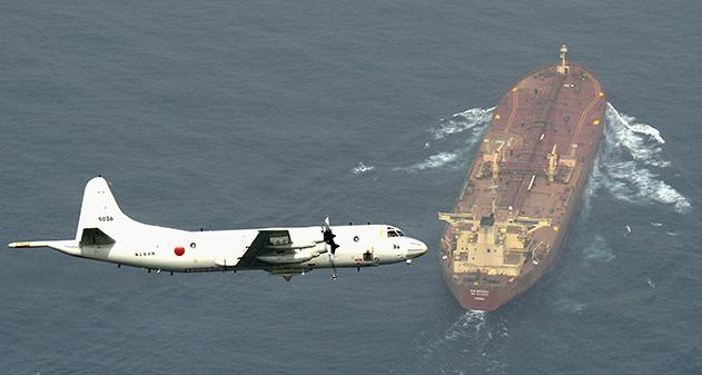 Un caccia giapponese sorveglia una petroliera nel Golfo, in un'operazione di difesa anti-pirateria. Foto di Kyodo Kyodo