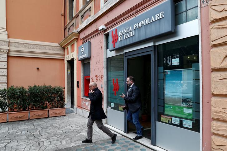 Le persone escono dalla banca Popolare di Bari dopo che il Governo italiano ha approvato un piano di salvataggio per il creditore cooperativo malato, a Roma, Italia, 16 dicembre 2019. REUTERS/Guglielmo Mangiapane