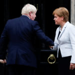 La premier scozzese Nicola Sturgeon stringe la mano al premier britannico Boris Johnson all'ingresso della Bute House di Edimburgo. REUTERS/Russel Cheyne