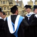 I laureati si riuniscono fuori dallo Sheldonian Theatre dopo una cerimonia di laurea presso l'Università di Oxford, a Oxford, Gran Bretagna. REUTERS/Hannah McKay