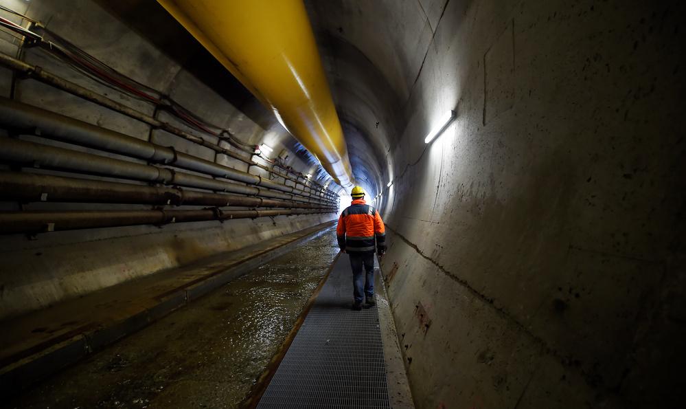 Un operaio è visto nel tunnel della linea ferroviaria ad alta velocità, nota come Tav (Treno Alta Velocita) a Chiomonte, Italia. REUTERS/Massimo Pinca