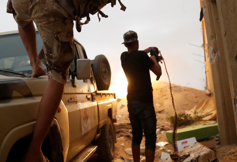Combattenti fedeli al Governo appoggiato dalle Nazioni Unite durante uno scontro armato con le forze fedeli a Khalifa Haftar alla periferia di Tripoli, Libia, 25 maggio 2019. REUTERS/Goran Tomasevic