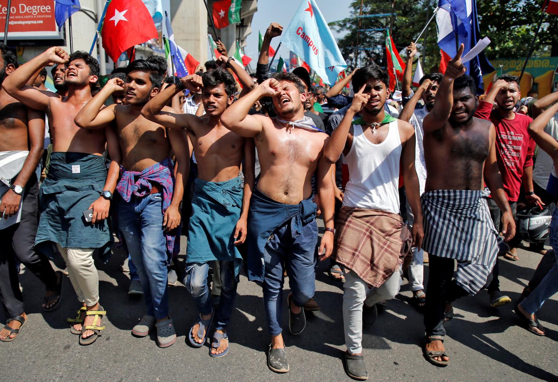 I manifestanti cantano slogan durante una marcia di protesta contro la nuova legge sulla cittadinanza, a Kochi, India, 17 dicembre 2019. REUTERS/Sivaram V