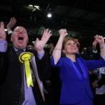 La leader del Partito Nazionale Scozzese Nicola Sturgeon esulta con i sostenitori in un centro di conteggio per le elezioni generali della Gran Bretagna a Glasgow, Gran Bretagna, 13 dicembre 2019. REUTERS/Russell Cheyne