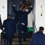 Il Primo Ministro britannico Boris Johnson reagisce mentre lui e la sua fidanzata Carrie Symonds arrivano al quartier generale del Partito Conservatore dopo le elezioni generali a Londra, Gran Bretagna, 13 dicembre 2019. REUTERS/Hannah McKay