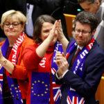 I membri britannici del Parlamento europeo reagiscono dopo il voto sull'accordo di recesso che sancisce il divorzio tra Ue e Regno Unito a Bruxelles, Belgio, 29 gennaio 2020. REUTERS/Francois Lenoir