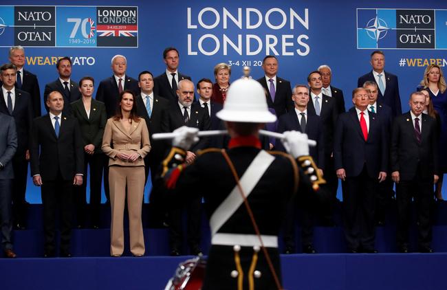 I leader della Nato posano per una foto di famiglia durante il vertice dei leader della NATO a Watford, Gran Bretagna, 4 dicembre 2019. REUTERS/Christian Hartmann