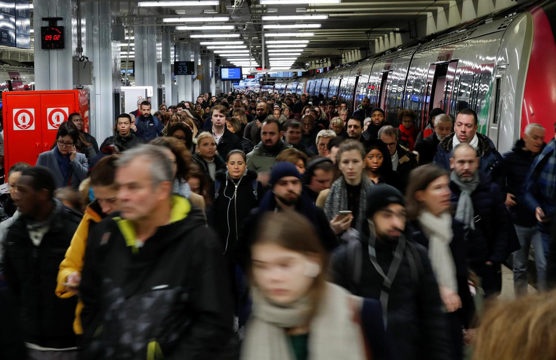I pendolari camminano su una piattaforma alla stazione ferroviaria Gare du Nord dopo 42 giorni di sciopero da parte di tutti i sindacati della rete di trasporto di Parigi (Ratp) e dei lavoratori della Sncf francese contro i piani di riforma delle pensioni del Governo francese a Parigi, 15 gennaio 2020. REUTERS/Gonzalo Fuentes