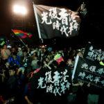 I manifestanti antigovernativi di Hong Kong partecipano a una manifestazione indetta dal Presidente in carica Tsai Ing-wen dopo la sua vittoria elettorale, fuori dal quartier generale del Partito Democratico Progressista (DPP) a Taipei, Taiwan, 11 gennaio 2020. REUTERS/Tyrone Siu