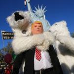"""Un manifestante indossa una maschera del Presidente degli Stati Uniti Donald Trump insieme ad altri manifestanti vestiti da orsi polari durante una dimostrazione sotto il cartello """"Proteggi il clima - ferma il carbone"""" due giorni prima dell'inizio della Conferenza delle Nazioni Unite sui cambiamenti climatici della COP23 tenutosi a Bonn, Germania, 4 novembre 2017. REUTERS/Wolfgang Rattay"""