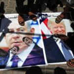 Manifestanti palestinesi calpestano manifesti che raffigurano il Presidente degli Stati Uniti Donald Trump e il Primo Ministro israeliano Benjamin Netanyahu durante una protesta contro il per il piano di pace degli Stati Uniti nel Medio Oriente, nella striscia meridionale di Gaza, 25 giugno 2019. REUTERS/Ibraheem Abu Mustafa