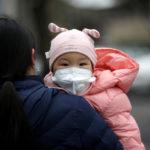 Una bambina indossa una maschera a Pechino, Cina. 2 febbraio 2020. REUTERS/Jason Lee