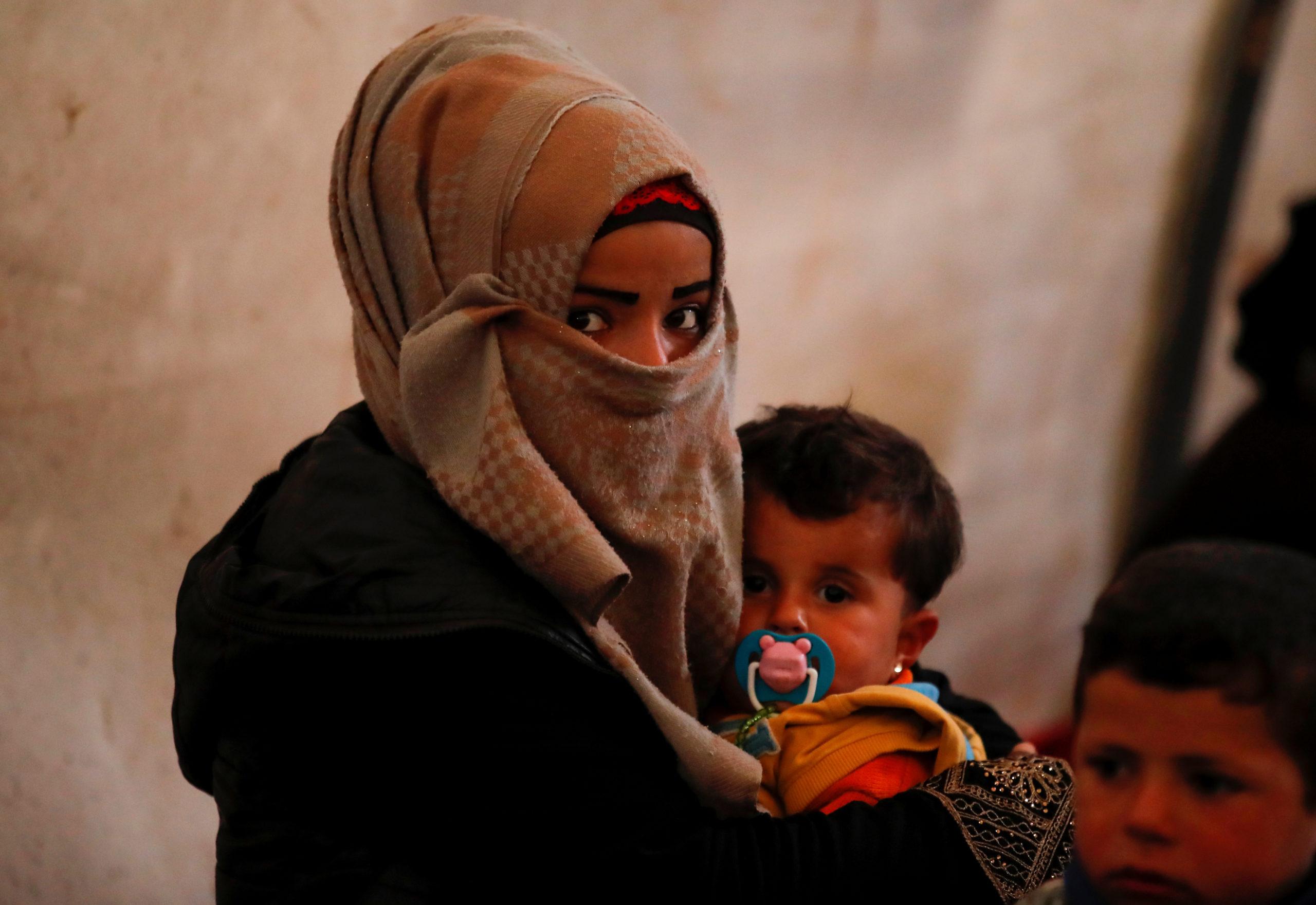 Una donna siriana sfollata e i suoi figli a Idlib
