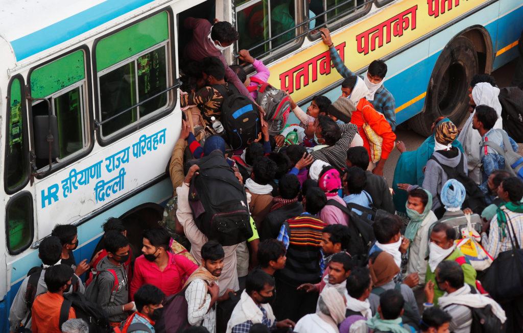 Coronavirus, India: distanziamento sociale impossibile. Migranti ammassati.