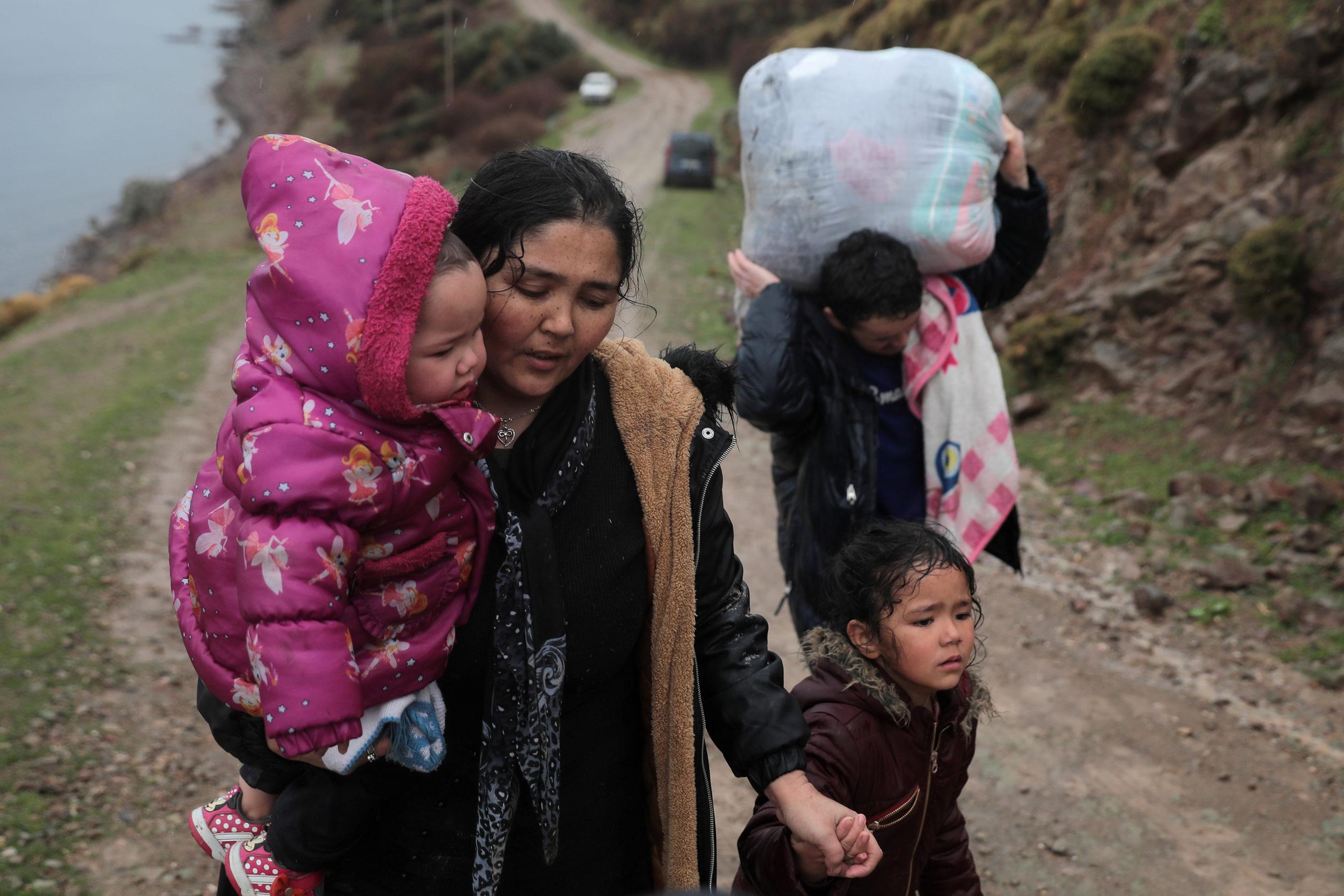 Donna con bambini in arrivo a Lesbo dopo aver attraversato il Mar Egeo dalla Turchia.