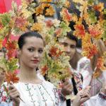 Ragazzi moldavi durante la tradizionale danza in costume. REUTERS/Gleb Garanich
