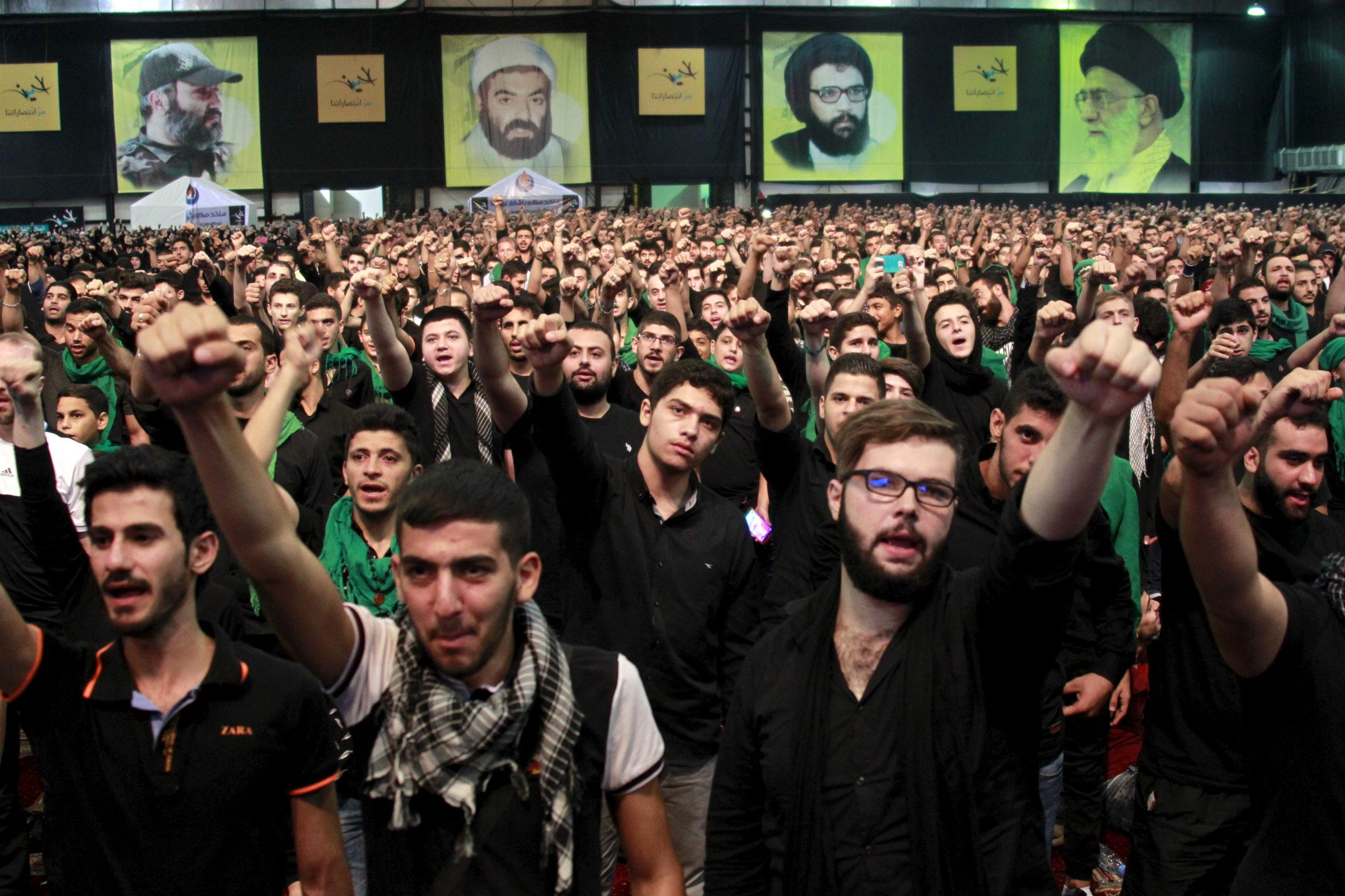 Sostenitori dell'organizzazione libanese Hezbollah assistono a una cerimonia religiosa a Beirut