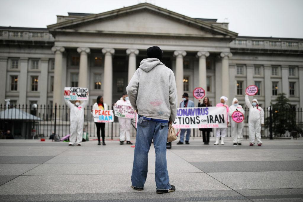 Un uomo assiste a una protesta contro la guerra Usa in Iran a Washington.