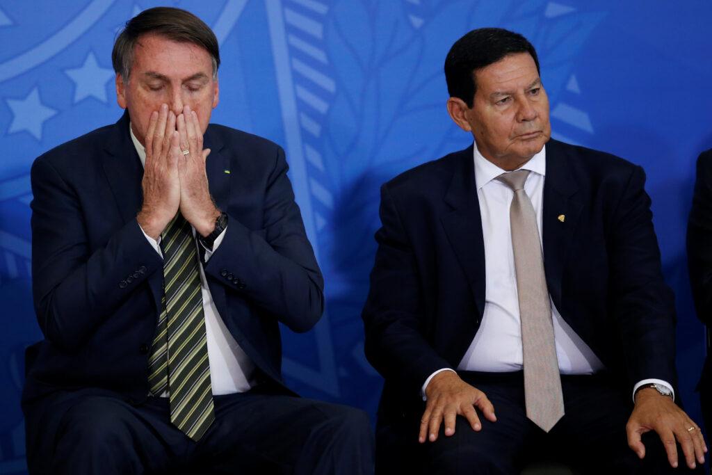Brasile: Bolsonaro rischia l'impeachment. Il Presidente brasiliano Jair Bolsonaro vicino al vicepresidente brasiliano Hamilton Mourao, Brasilia, Brasile, 29 aprile 2020. REUTERS/Ueslei Marcelino